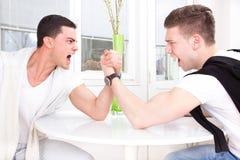 Armdrücken mit zwei zufälliges Männern lizenzfreie stockbilder