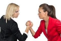 Armdrücken von Geschäftsfrau zwei Stockfotos