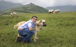 Armeńska chłopiec z jego guar psem fotografia stock