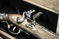 Arme à feu antique de pirate sur une boîte photographie stock