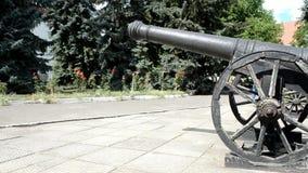 Arme à feu antique sur les roues en bois banque de vidéos