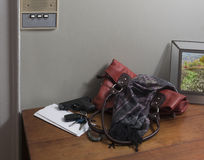 Arme à feu avec le sac à main à l'interphone Photographie stock