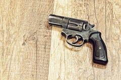 arme à feu Court-barreled de revolver sur le backround en bois photo libre de droits