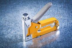 Arme à feu d'agrafe sur le concept métallique de construction de fond Photographie stock