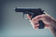 Arme à feu d'arme La main des hommes tenant une arme à feu pistolet de 9 millimètres image stock