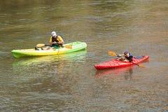 Arme à feu d'eau de Squirts Son With de père Kayaking en bas de la rivière d'Atlanta Photographie stock libre de droits