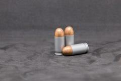 Arme à feu de balle sur le fond noir Images libres de droits
