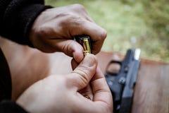 Arme à feu de chargement Images stock