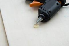 Arme à feu de colle chaude électrique sur un fond en bois le concept du fond de réparation ou de créativité photo stock