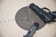 Arme à feu de papier de cible images stock