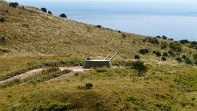 Arme à feu de tourelle russe de batterie d'artillerie, canon sur la colline Image stock