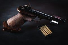Arme à feu et balles sur la table Image stock