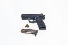 Arme à feu et munitions d'isolement sur le blanc Photos libres de droits