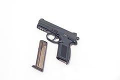 Arme à feu et munitions d'isolement sur le blanc Images libres de droits