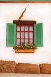 Arme à feu, fleur et belle fenêtre photos stock