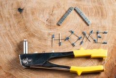 Arme à feu, rivets et applicateur de rivet images stock