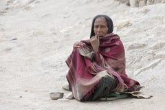 Arme bitten um Geld von einem Passanten auf der Straße in Leh, Ladakh Indien Stockfotografie