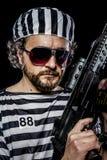 Arme, concept d'émeute de prison. Homme tenant une mitrailleuse, prisonnier Images libres de droits