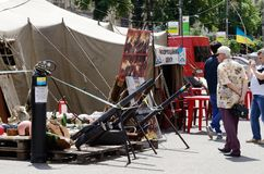 Arme faite maison de protestataires - mortiers avec éclater le mélange liquide, Maidan, Kiev Photos stock