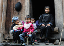 Arme Familie im alten Dorf in Guizhou, China Lizenzfreie Stockfotos