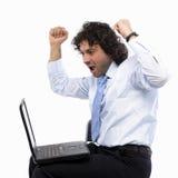 Arme hoben auf Laptop an stockfotos