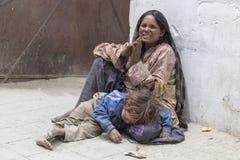 Arme indische Bettlerfamilie auf Straße in Ladakh Indien Lizenzfreies Stockfoto