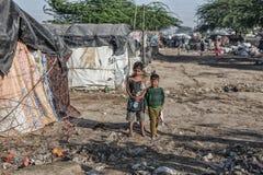 Arme Kinder an ihrem Haus Stockfotografie