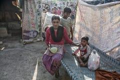 Arme Kinder an ihrem Haus Lizenzfreies Stockbild