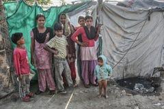 Arme Kinder an ihrem Haus lizenzfreies stockfoto