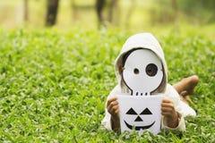 Arme Kinder möchten Halloween mit der handgemachten Maske spielen Stockfotografie