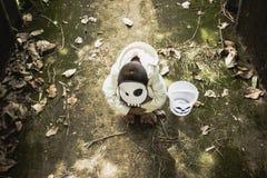 Arme Kinder spielen Halloween mit dem handgemachten allein der Maske Stockbilder