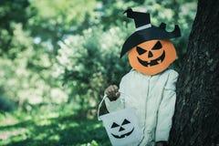 Arme Kinder spielen Halloween mit der handgemachten Maske Stockbild