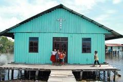 Arme Kinder vor Kirche stockfoto
