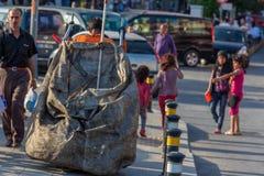 Arme Kleinkinder, die Abfall sammeln Stockfotografie