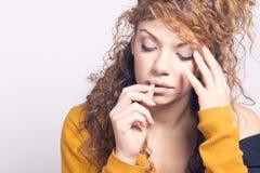 Arme kranke Frau, eine Pille einnehmend stockbilder