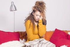 Arme kranke Frau, Schmerz und Kopfschmerzen Lizenzfreie Stockbilder