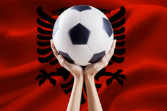 Arme la boule de levage avec le drapeau de l'Albanie Photographie stock