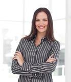 arme les jeunes de sourire pliés par femme d'affaires Image stock