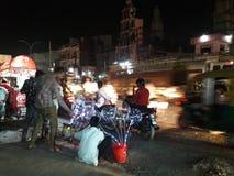 Arme Leute des indischen Fußwegenmarktes stockfotos