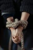Arme Mädchen, die mit den gebundenen Händen stehen Stockbilder