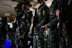 Arme uniforme de prise de soldat images stock