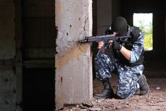 Armed soldier in black mask targeting with a gun Royalty Free Stock Photos