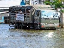Armee-LKW im Flutwasser Lizenzfreie Stockfotografie