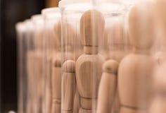 Armee von hölzernen Mannequins in den Kästen Stockbilder