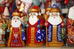 Armee von hölzernen Weihnachtsmann-Marionetten am Weihnachtsmarkt Lizenzfreie Stockfotos
