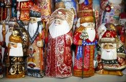 Armee von hölzernen Weihnachtsmann-Marionetten am Weihnachtsmarkt Lizenzfreies Stockbild