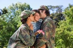 Armeeeltern wiedervereinigt mit ihrem Sohn stockfotografie