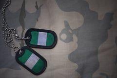 Armeefreier raum, Erkennungsmarke mit Flagge von Nigeria auf dem kakifarbigen Beschaffenheitshintergrund Stockfotos