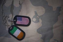 Armeefreier raum, Erkennungsmarke mit Flagge von Staaten von Amerika und Irland auf dem kakifarbigen Beschaffenheitshintergrund Stockbild