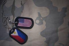 Armeefreier raum, Erkennungsmarke mit Flagge von Staaten von Amerika und Philippinen auf dem kakifarbigen Beschaffenheitshintergr lizenzfreies stockbild